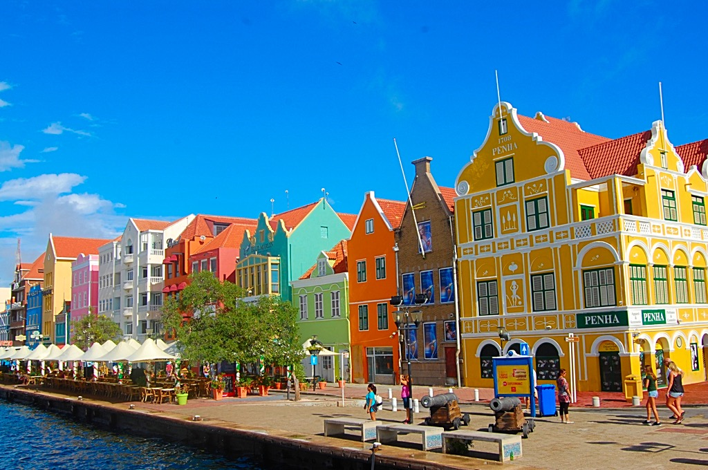 Picture of colorful Dutch buildings in downtown Williamsted Curacao
